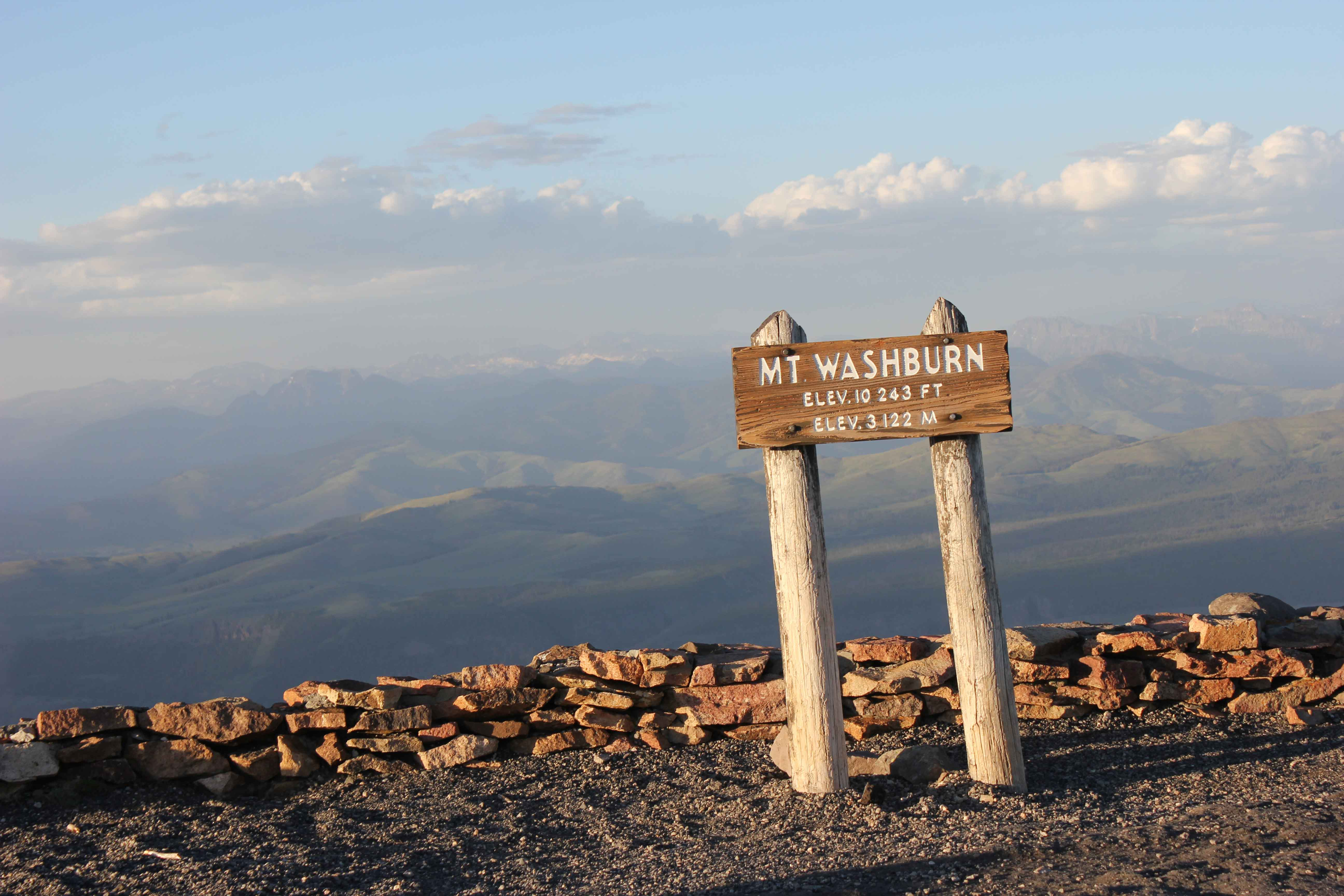 Picture of Mount Washburn sign with mountain range in back