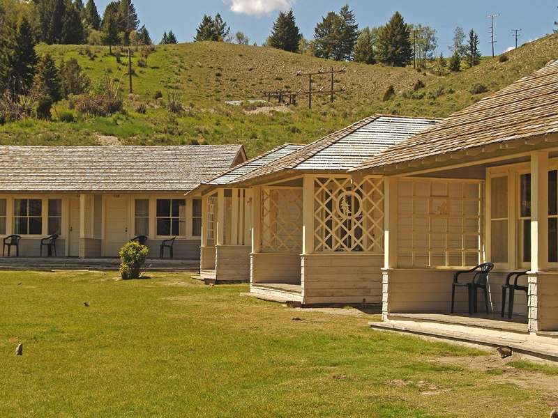 Mammoth hot springs hotel cabins 01 for Yellowstone log cabin hotel